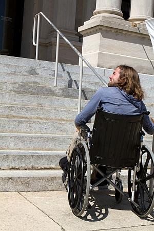 בן אדם בכיסא גלגלים מתקשה לעלות מדרגות